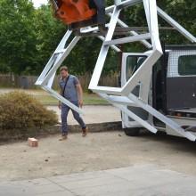 [19] Levage de l'ossature installée sur site après galvanisation.La pose du bois se fera sur place.