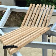 [20] Le travail de 3D permet ici une fabrication parallèle bois et métal.Calage et début de la pose.